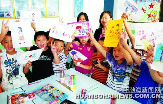 学们亲手绘画的心目中的老师.记者赵亮摄-教师节,画画我的好老师图片